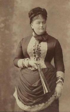 1880s 1880s Fashion, Victorian Fashion, Vintage Fashion, Historical Women, Historical Clothing, Historical Dress, Women's Clothing, Vintage Photos Women, Vintage Photographs