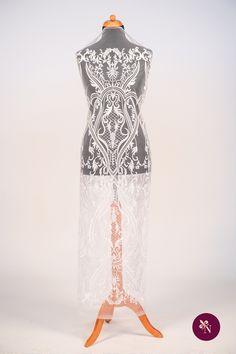 Broderie albă pe bază din tulle rezistent de aceeași nuanță. Broderie cu design baroc realizat din fir lucios alb. Modelul broderiei este amplu, desfășurat pe întreaga suprafață a materialului. Broderia poate fi utilizată pentru confecționarea rochiilor de ocazie și a altor articole vestimentare. Lace Skirt, Formal Dresses, Skirts, Model, Design, Fashion, Embroidery, Dresses For Formal, Moda
