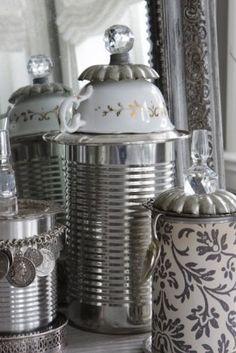 DIY: conservenblikjes gepimpt met o.a. kopjes, knopjes, lepeltjes en kettinkjes. Geweldig!