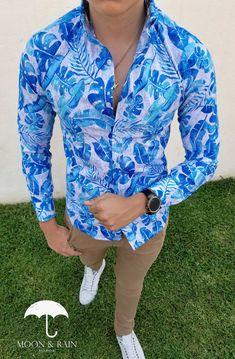 Outfit para hombre, camisa slim fit blanca de hojas azul cielo, pantalón de gabardina y tenis blancos | Diseños de la marca Moon & Rain y Tiendas Platino Wing Collar, Casual Wear For Men, Hommes Sexy, Floral Print Shirt, African Wear, Printed Shirts, Shirt Style, Casual Outfits, Menswear