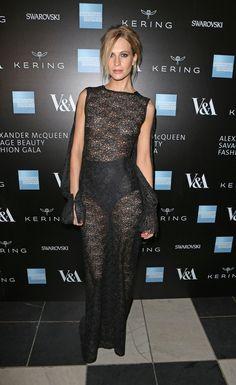 Pin for Later: Die Stars feiern Alexander McQueen mit denkwürdigen Looks Poppy Delevingne