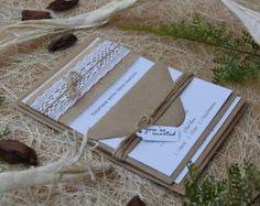 Invitación de boda rústica con arpillera y por PaperStudioByC