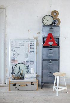 armoire métallique, petite armoire grise avec casiers