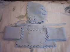 chaquetita en lana a juego con la capota y rematada a ganchillo con flores