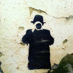 Méfiez-vous. On nous observe. #streetart #valencia #phonephotography #lesfilmsduchatroux