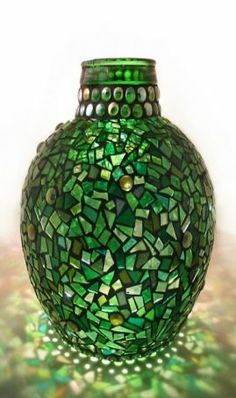 Art Glass Designs: Glass Mosaics from Artist Sue Smith: I'm thinking using green beer or wine bottles as mosaic pieces on cheapo glass vase, hmmm, more time needed. Mosaic Bottles, Mosaic Vase, Mosaic Crafts, Mosaic Projects, Mosaic Madness, Wooden Vase, Mosaic Designs, Calla Lilies, Bottle Art