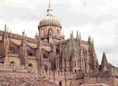 La Catedral Vieja, es un templo de estilo románico cuya construcción se remonta al siglo XII. Deslumbra por la Torre del Gallo y los frescos que se hallan en exhibición en la bóveda del ábside central.