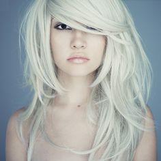 Mooie wit blonde haren. Met schuine lok en lagen in het haar.