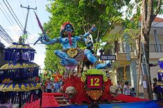 Neujahrsfeier auf Bali: Der erste Tag des Jahres im Kalender der Balinesen heißt Nyepi - und ist der höchste hinduistische Feiertag auf der indonesischen Insel. An den Tagen davor wird mit Paraden und Zeremonien gefeiert - wie mit der Ogoh-Ogoh-Parade am Vorabend.