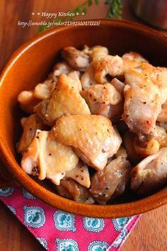 チキンの塩ガーリックペッパーレモン炒め【材料】4人分 ◎鶏もも肉・・・2枚 ◎レモン汁・・・大さじ1 ★ごま油・・・大さじ3 ★塩、鶏がらスープの素・・・各小さじ1/2 ★にんにく(チューブ)・・・4cm ★ブラックペッパー・・・適量 【作り方】 ①鶏肉は一口大に切り、★と共にポリ袋の中に入れてよく揉み揉みして10分~置いておく。 ②油を熱したフライパンに①を汁ごと入れて皮面を下にして焼き、こんがり焼き色がついたら裏返して蓋をし弱火で5分蒸す。 ③蓋を取って中火に戻し、フライパンに出た水分ヲキッチンペーパーで吸い取ってからレモン汁を加えてザッと炒め合わせる。