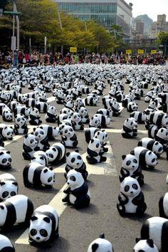 Pandas World Tour Takes Over Taipei : 1600 paper mache pandas represent the 1600 remaining wild panda populations in the world. Installation hopes to raise awareness of endangered species. Wild Panda, Panda Panda, Panda Bears, China Today, Protest Art, Different Kinds Of Art, Environmental Art, French Artists, Pandas