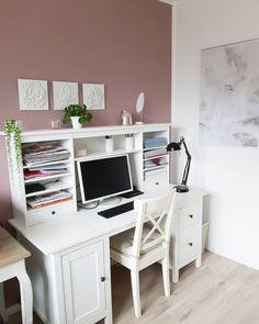 """Landhaustraum on Instagram: """"Ich habe ja eeeewig kein Bild mehr aus unserem Büro gezeigt 😱 Könnte daran liegen, dass ich mich nicht besonders häufig dort aufhalte...…"""" Office Desk, Corner Desk, Furniture, Instagram, Home Decor, Pool Chairs, Pictures, Corner Table, Desk Office"""