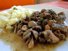 Σας προτείνουμε μοσχαράκι κρασάτο με μανιτάρια. Ένα παραδοσιακό φαγητό που μπορείτε να το συνοδέψετε με πουρέ πατάτας.