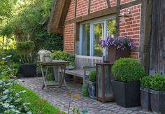 Kübelpflanzen sind ideal für schwierige Ecken und machen den Garten erst so richtig hübsch. Mehr dazu im OBI Ratgeber.