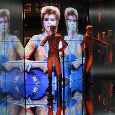 """C'est officiel, l'exposition """"David Bowie is"""" s'installera à Paris, à la Cité de la Musique, du 3 mars au 31 mai 2015 ! L'occasion de voyager dans l'univers glam-rock du chanteur androgyne à travers des vidéos, des objets personnels et des costumes."""