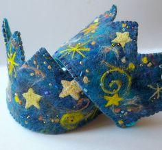 Galaxia cumpleaños corona: Corona de lana por BeneathTheRowanTree