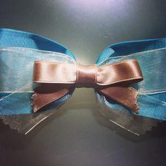 Lazo azul para el conjunto con un vestidito de niña!!