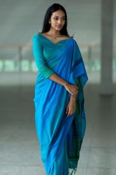 Get the ultimate guide on how to create your own designer saree blouses, with all the tops you have in your closet. Get the latest on saree drapes and new styles. All images belong to their respective owners, contact us for a credit saree Simple Sarees, Trendy Sarees, Stylish Sarees, Saree Jacket Designs Latest, Saree Blouse Designs, Blouse Patterns, Designer Sarees Collection, Saree Collection, Indian Dresses
