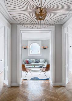 Un appartement haussmannien décloisonné - Marie Claire Maison | suspension Vertigo cuivrée - Petite Friture