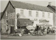 Laarbeek, Aarle-Rixtel, Havenweg Café-winkel Het trefpunt van Theo van de Boogaard (Tid de Smed en/of Tid de Jood), Albers Pistoriusstraat (bij de brug over de Zuid Willemsvaart): met terras 1978