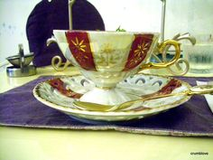 -Red, white, and gold teacup. -赤と白と金のティーカップです!