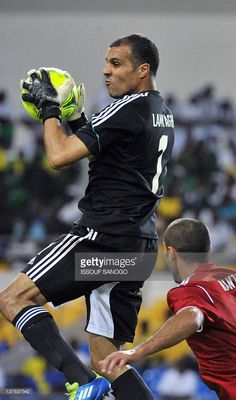 morocco-national-football-team-goalkeeper-nadir-lamyaghri-controls-picture-id137637542 (603×1024)