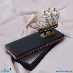 Gemi maketli tasarım kutu Kutu Özellikleri: 13x8x3,5cm ölçülerinde dokulu kağıt sıvama kutu  Gemi özellikleri: 11x10 cm Ahşap gemi maketi  Satın almak için www.atolyemira.com sayfasını ziyaret edebilirsiniz.