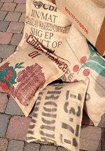 Sierkussens gemaakt van gebruikte Koffieboon zakken door Art Fabriks.
