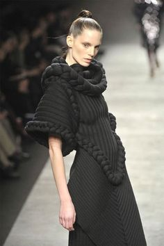 Sculptural Fashion – knitted gown with chunky braided pattern and texture detail - Sculptural Fashion - knitted gown with chunky braided pattern and texture detail Knitwear Fashion, Knit Fashion, Boho Fashion, Couture Mode, Couture Fashion, Chunky Knit Jumper, Big Knits, Bohemian Mode, Textiles