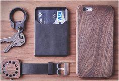 Simplifique seu bolso com a Carteira Minimalista Grovemade, um item do dia a dia elegante concebido para lhe dar acesso rápido ao dinheiro e aos cartões que você mais usa. Com um foco único na singularidade, a carteira leve, pequena e de al