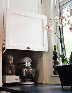 I love sharing clever ideas and small kitchens are always a field where the most crazy experimentations can lead to wonderful living experiences. Here's a selec