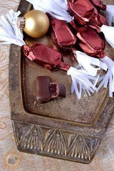 Meggyzselés szaloncukor Christmas Candy, Xmas, Christmas Decorations, Advent, Hungarian Recipes, Christmas Cooking, Macarons, Fudge, Decorative Boxes