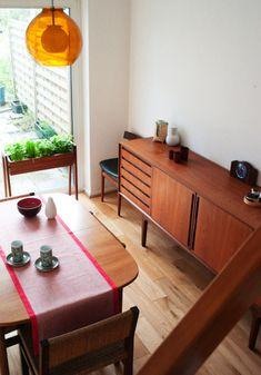 Lo muebles Daneses salieron a la luz internacional en 1953 después de una larga tradición en diseño. Las características principales son confortabilidad, sencillez y buena calidad, las maderadas más comúnmente utilizadas son Arce, Haya, Roble y Fresno. En Dinamarca a principios del siglo XX los diseñadores eran auténticos funcionalistas, esta época sirvió para establecer nuevos conceptos.