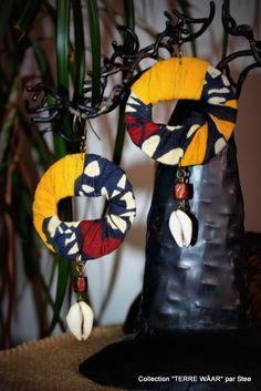 Boucles d'Oreille en tissu Wax et coquillage cori : Boucles d'oreille par stee Textile Jewelry, Fabric Jewelry, Diy Jewelry, Jewelry Making, African Earrings, African Jewelry, Fabric Earrings, Diy Earrings, Felt Bracelet