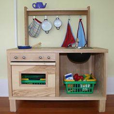 Cocinita de juguete con estantería TRÄBY, estante STRIPA y colgador TJUSIG
