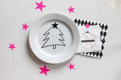 Schnell ein Weihnachtsgeschirr zaubern dank Porzellanstift. Oder: Wie man seine Kinder oder sich einfach selbst kurz vor Weihnachten noch mal schnell ein bisschen ablenkt und beruhigt.