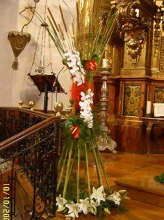 Centro de flores en forma de diávolo con espadañas naturales, ideal para la decoración floral de una boda en una Iglesia o una boda civil en una finca. En la floristería Caprichos de Zamora elaboramos este tipo de decoraciones para bodas con flores naturales de primera calidad y materiales naturales de origen silvestre.
