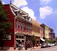 Franklin, Tennessee Historic District http://www.preservationnation.org/assets/photos-images/travel-sites/travel/dozen-distinctive-destinations/Franklin-TN-Great-American-Main-Street-cr-Williamson-County-CVB_mr.jpg