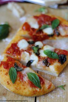 Pizza con pomodori del pendolo e mozzarella di bufala  Ricetta/recipe: www.lacuocaeclettica.it/