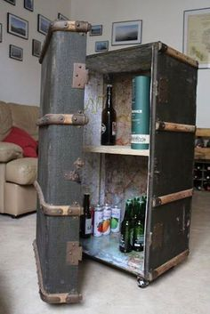 L& de miss grenouille: La Malle à bar - Trunk Makeover, Furniture Makeover, Funky Furniture, Repurposed Furniture, Suitcase Decor, Vintage Suitcases, Recycled Art, Diy Home Decor, Diy And Crafts