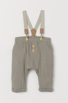 Pants in crinkled double-weave organic cotton fabric. Elasticized waistband decorative buttons at front side pockets and back pocket. Sewn cuffs at hems and detachable elastic suspenders with faux leather details. Picnic Outfits, Summer Outfits, Toddler Outfits, Baby Boy Outfits, H&m Pt, Suspender Pants, Coton Bio, Cotton Pants, Khaki Green