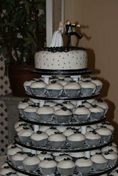 Black and White Wedding Cake and Cupcake Decorating Ideas cup-cake-towers cup-cake-towers amazing-food amazing-food Cupcake Tower Wedding, Wedding Cakes With Cupcakes, Beautiful Wedding Cakes, Beautiful Cakes, Dream Wedding, Fantasy Wedding, Perfect Wedding, Cupcake Tier, Cupcake Cakes