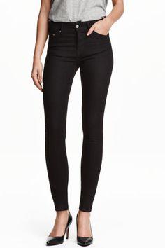 Jean Skinny Regular: Jean 5 poches en denim extensible lavé. Modèle avec jambes très fines et taille de hauteur classique.