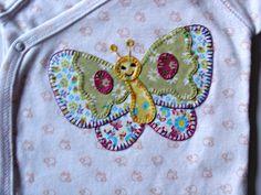 Body estampado con mariposa de aplicaciones patchwork con diferentes colores.