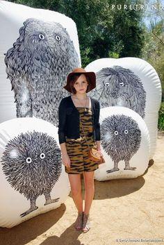 L'actrice excelle dans le style festival avec un combishort et les accessoires parfaits.