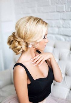 If you are not sure which hairstyle to choose, see our collection of swept-back wedding hairstyles!