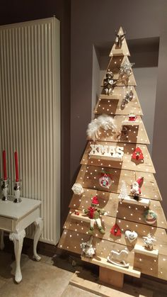 Inexpensive Rustic Christmas Decorations – Pallet Christmas Trees Pallet trees are super easy DIY Christmas decorations that you can make for almost nothing So if you need some inexpensive rustic Holiday decor ideas try these Creative Christmas Trees, Pallet Christmas Tree, Diy Christmas Decorations Easy, Rustic Christmas, Christmas Diy, Holiday Decor, Outdoor Decorations, Wooden Xmas Trees, Simple Christmas