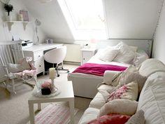 hübsches wg-zimmer für mädels: blumenkissen auf dem sofa ... - Ein Zimmer