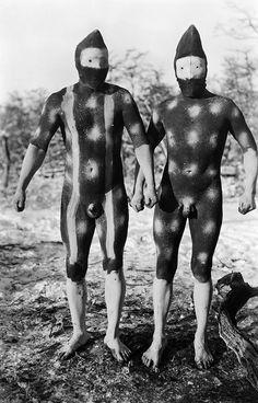 Die Shoort-Geister des Regenhimmels Telil und des Windhimmels Shenu tragen Masken aus dem Fell eines Guanakos, einer Lama-Art, Selk'nam (Onas), Tierra del Fuego, Argentina, 1923, photo: Martin Gusinde.