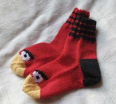 Kummipoikani täyttää marraskuussa vuosia ja sain idean kutoa hänelle Angry birds -sukat. Ja kudoin samalla hänen siskolleen tyttösukat, sisk...